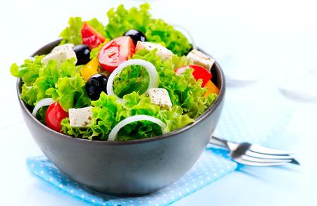 지중해 샐러드 그리스 샐러드에 흰색 배경에 고립