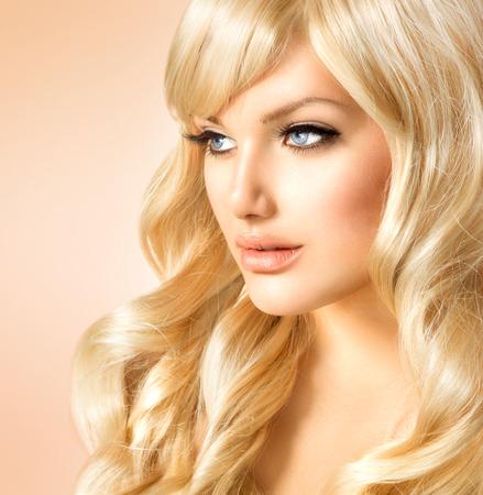 긴 곱슬 금발 머리와 함께 아름다움 금발 여자 다운 여자