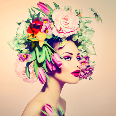 beleza: Mulher Primavera menina da beleza com as flores do estilo do cabelo