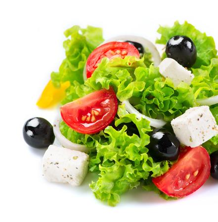 Mediterrane salade Griekse salade geïsoleerd op een witte achtergrond
