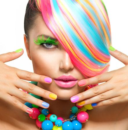colorido: Muchacha de la belleza del retrato con el maquillaje de colores, Cabello y Accesorios