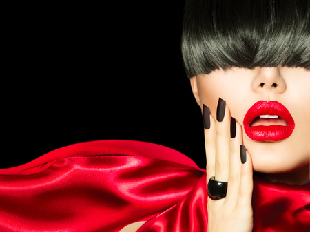High Fashion Meisje met trendy kapsel, make-up en manicure