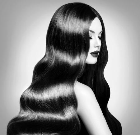 美女: 美女模特的女孩,長健康的捲髮和完美的妝容