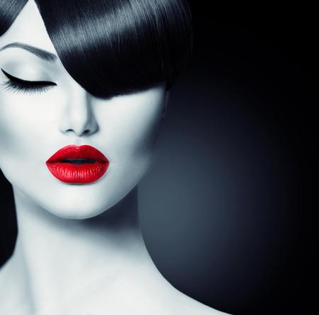 belle brune: Mode Glamour Girl beauté avec Trendy Fringe Coiffure Banque d'images
