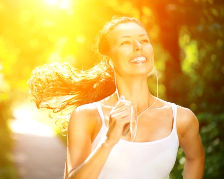 thể dục: Chạy Woman Outdoor Workout trong một công viên