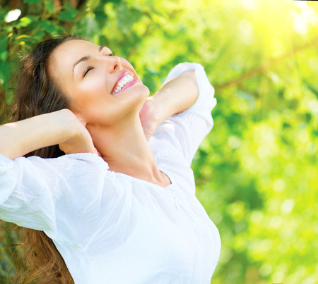 piel humana: Mujer hermosa joven al aire libre Disfrute de la Naturaleza