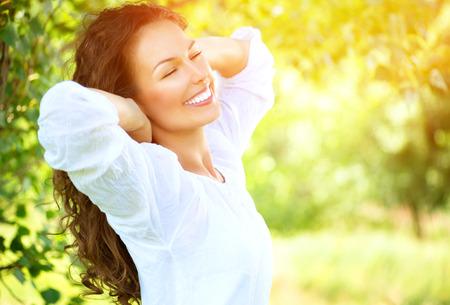 アウトドア: 屋外の美しい若い女性は、自然を楽しむ