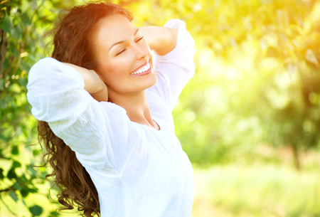 genießen: Schöne Junge Frau Im Freien Natur erleben