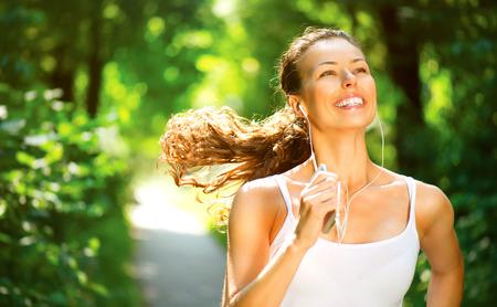 Ejecución de mujer entrenamiento al aire libre en un parque Foto de archivo