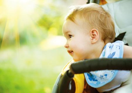 嬰兒: 小女嬰戶外人像面帶微笑的可愛的孩子
