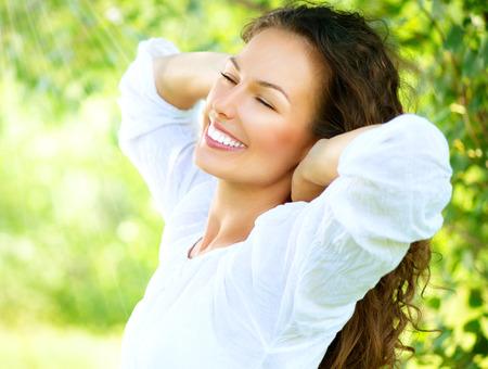 sorrisos: Mulher nova bonita ao ar livre Desfrutar da natureza