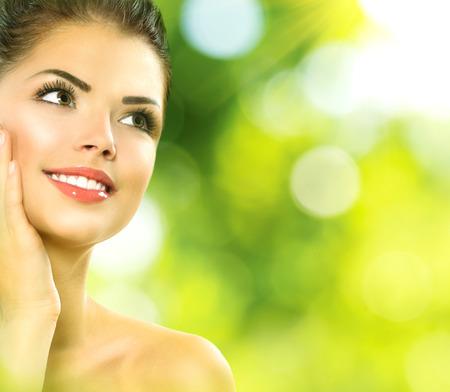 Beauty Spa Woman Portrait Schönes Mädchen ihr Gesicht berühren