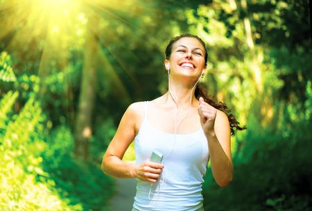Laufende Frau im Freien in einem Park Workout
