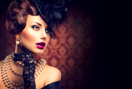 Mulher retro da menina Styled vintage com Retro penteado e maquiagem