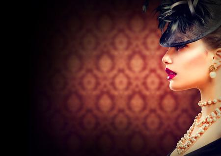 modelos negras: Mujer chica retro de la vendimia con el Styled Retro Peinado y maquillaje
