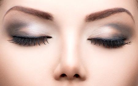pesta�as postizas: Maquillaje ojos Belleza primer de las pesta�as largas, piel perfecta Foto de archivo