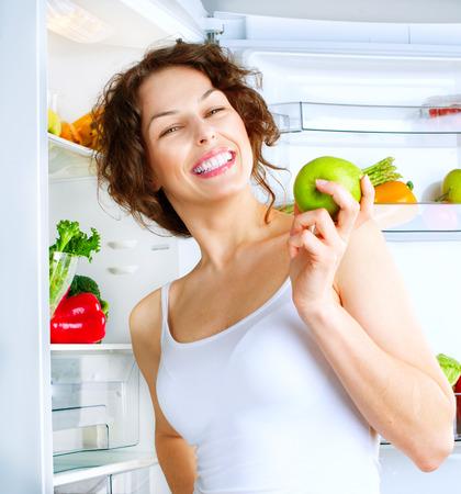 diet healthy: Dieta Mujer hermosa joven cerca de la nevera con alimentos saludables