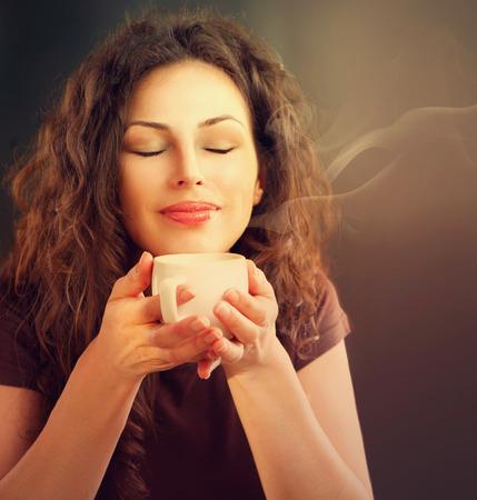 tasse de caf�: Femme de beaut� avec une tasse de caf� ou de th� Banque d'images