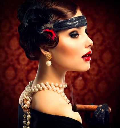 レトロな女性の肖像画ビンテージ スタイルのシガーを持つ少女