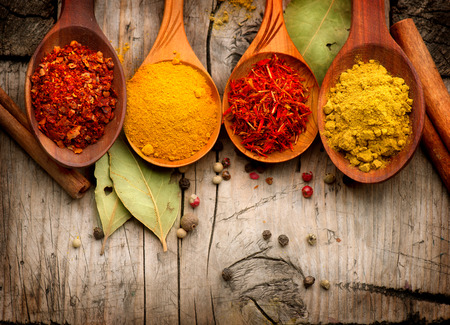 Gewürze und Kräuter Curry, Safran, Kurkuma, Zimt über Holz