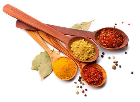 Especias y hierbas curry, azafrán, cúrcuma, canela sobre blanco Foto de archivo