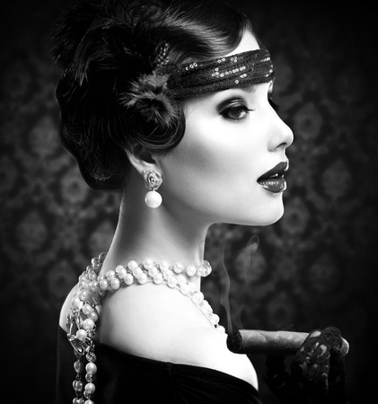 cigarro: Retro Retrato BW estilo chica Vintage Con El Cigarro Foto de archivo