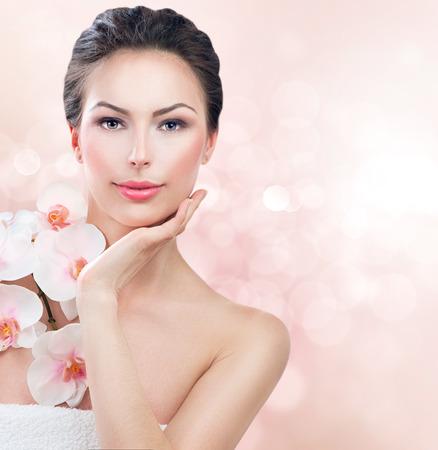 belleza: Mujer del balneario con la piel Belleza chica fresca que toca su cara