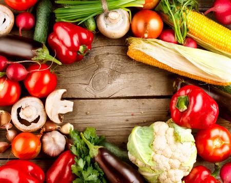 Saludables verduras orgánicas en un fondo de madera Foto de archivo