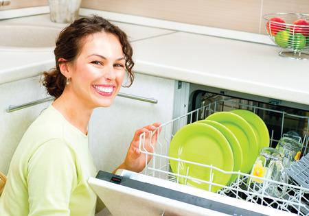 washup: Felice giovane donna nel lavoro domestico facendo Cucina Archivio Fotografico