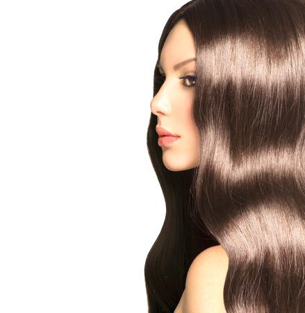 Beauté fille modèle avec de longs sain Cheveux ondulés et un maquillage parfait