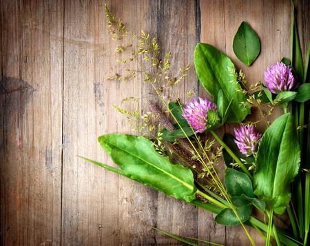 木製上春ハーブ漢方薬を背景します。
