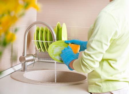 lavar platos: Mujer Lavar los platos de cocina para lavar vajilla
