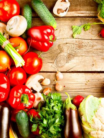 Egészséges bio zöldségek egy fa háttér Stock fotó