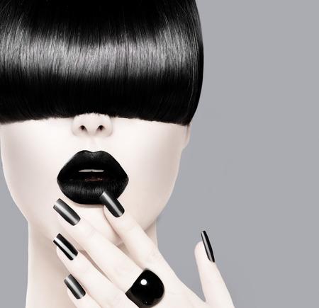 unas largas: Modelo de manera con el peinado de moda, Black Lips y manicura Foto de archivo