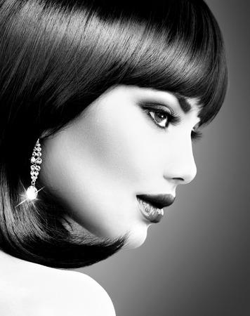 portrét: Krásná brunetka žena Bob Stříhání BW portrét