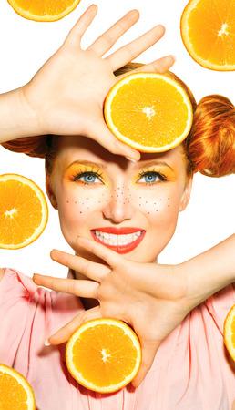 Model van de schoonheid meisje neemt sappige sinaasappelen Sproeten Stockfoto