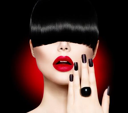 divat: Fashion modell lány divatos frizura, smink és manikűr Stock fotó