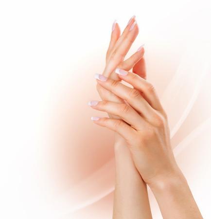 dermatologo: Manicure mani concetto di donna con french manicure Archivio Fotografico