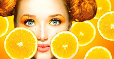 Chica modelo de la belleza con las naranjas jugosas Pecas Foto de archivo - 27396585