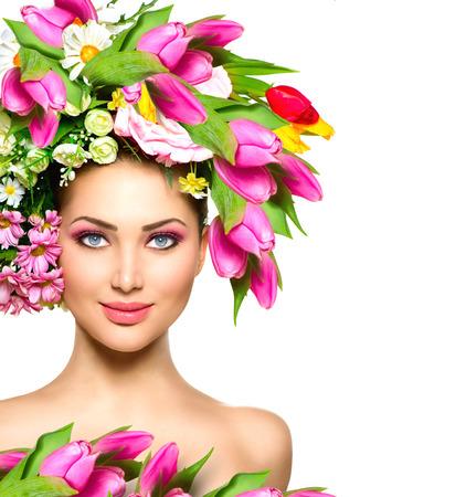 skönhet: Skönhet sommar modell flicka med färgglada blommor frisyr Stockfoto