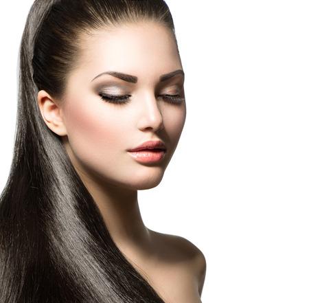 Mujer hermosa con el pelo largo y liso sano marrón