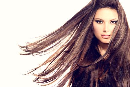 長い吹いて髪のファッション モデル少女の肖像画