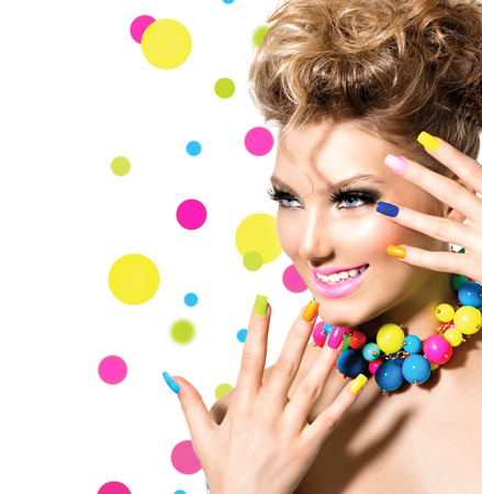 Krása dívka s barevné make-up, laky na nehty a příslušenství