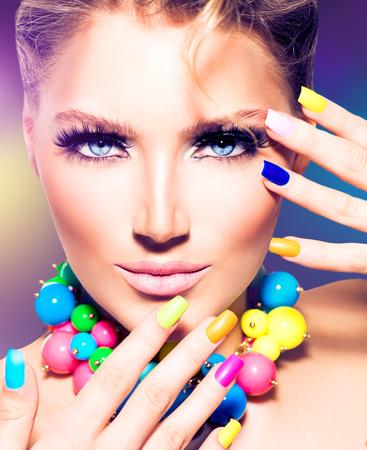 falso: Belleza de la manera de la muchacha modelo con las uñas de colores