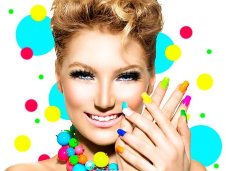 color white: Muchacha de la belleza con maquillaje colorido, esmalte de u�as y accesorios