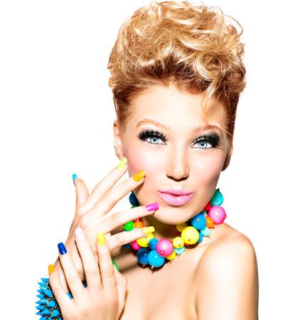 Krásná dívka s barevnými make-up, lak na nehty a příslušenství Reklamní fotografie