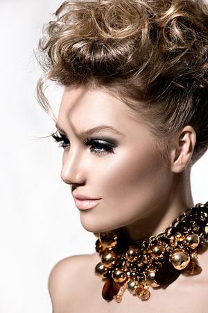 dishevel: Modello bella ragazza con il trucco di moda e acconciatura perfetta