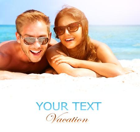 playas tropicales: Pareja feliz en las gafas de sol que se divierte en la playa de verano Foto de archivo
