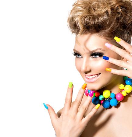 summer: Menina da beleza com maquiagem colorida, unha polonês e acessórios Imagens