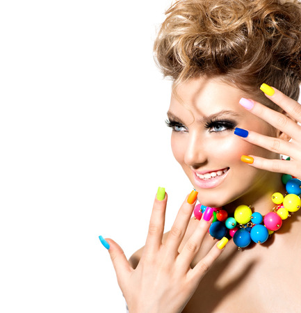 colorido: Muchacha de la belleza con maquillaje colorido, esmalte de uñas y accesorios